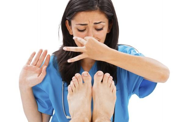 足の臭いが気にならなくなる6つの方法